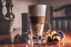 Küchendekorationen, ein Glas gestreifter Kaffee Stockbild