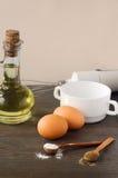 Küchendesktop mit Produkten und Werkzeugen Stockfotos