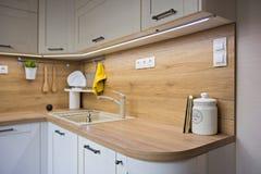 Küchendetails, Gegenstände im Licht und hölzerne Töne lizenzfreies stockfoto