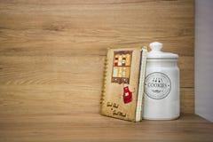 Küchendetails, Gegenstände im Licht und hölzerne Töne lizenzfreies stockbild