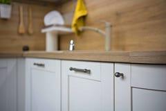 Küchendetails, Gegenstände im Licht und hölzerne Töne stockfoto