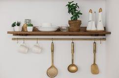 Kücheneckenregal mit Löffelschaufeln und -gewürzen stockfotografie