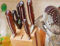 Küchengerät-Küchenmesser, hölzerne und Metallschöpflöffel und -ski Stockbilder