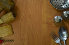 Küchengeräte auf hölzernem Hintergrund Lizenzfreies Stockbild