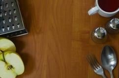 Küchengeräte auf hölzernem Hintergrund Stockfotografie
