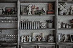 Küchengeräte in einem Weinlesekabinett in einem Restaurant Stockbild