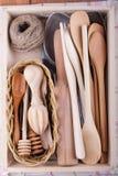 Küchengeräte in einer Holzkiste lizenzfreies stockbild