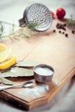 Küchengeräte, -gewürze und -kräuter für das Kochen von Fischen Stockfoto