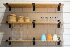 Küchengeschirr auf einem hölzernen Regal Stockfotografie