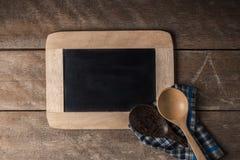 Küchengeschirr auf einer Tafel mit einer blauen karierten Serviette Lizenzfreies Stockfoto