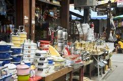 Küchengeschirr am Gemischtwarenladen Stockfoto