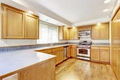 Kücheninnenraum im leeren Haus Stockbilder