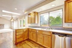 Kücheninnenraum im leeren Haus Stockbild