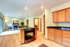 Kücheninnenraum mit Insel- und Einbautenofen Stockfotografie