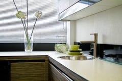 Kücheninnenraum mit Jalousie Stockbild