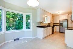 Kücheninnenraum mit leerer speisender Ecke Lizenzfreie Stockbilder