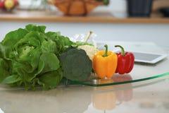 Kücheninnenraum Viel Gemüse und andere Mahlzeit am Glastisch sind zu bald gekocht bereit Stockfoto