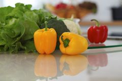 Kücheninnenraum Viel Gemüse und andere Mahlzeit am Glastisch sind zu bald gekocht bereit Stockfotografie