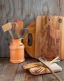 Küchenkochgeräte: hölzerne Spachteln, Löffel, hackendes Brett Lizenzfreie Stockbilder