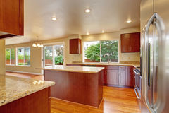 Küchenmöbel im leeren Haus Stockbild