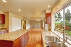 Küchenmöbel mit Insel im leeren Haus Stockbild