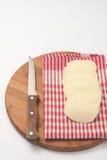 Küchenmesser auf einem hölzernen Brett und einer Kartoffel bedeckt auf dem Stoff Stockfoto