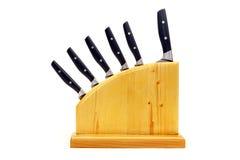 Küchenmesser in einem hölzernen Stand auf einem weißen Hintergrund Stockfotografie