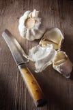 Küchenmesser mit Knoblauch Lizenzfreies Stockfoto
