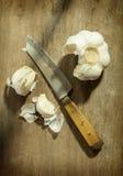 Küchenmesser mit Knoblauch Stockfotos