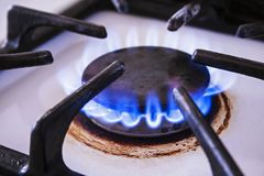 Küchenofen mit Erdgasbrenner und blauer Flamme stockbilder
