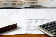 Küchenprojekt mit Möbelkatalog, ledernen Proben und calc Lizenzfreies Stockbild