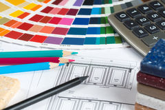 Küchenprojekt mit Palette, Tischplattenproben, Bleistiften und calc Lizenzfreies Stockfoto