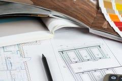 Küchenprojekt mit Paletten- und Möbelkatalogen Stockbilder