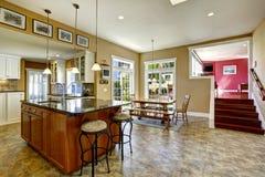 Küchenraum mit Kücheninsel und Speisetische Stockfoto