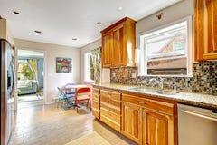Küchenraum mit Mosaikrückseiten-Spritzenordnung Stockfotos