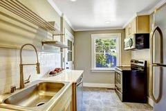 Küchenraum mit schwarzem Ofen Stockbilder