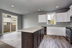 Küchenrauminnenraum eines leeren Hauses Glastüren, die den Hinterhof übersehen Stockfoto