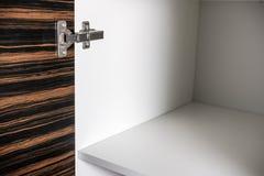 Küchenschrank mit Spanplattenregalen mit der Tür offen Lizenzfreies Stockbild