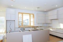Küchenschrank mit Spanplattenregalen mit der Tür offen auf dem Scharnier Produktion der Möbelproduktion Lizenzfreie Stockfotos