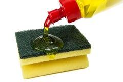 Küchenschwämme und Abwaschflüssigkeit Stockbild