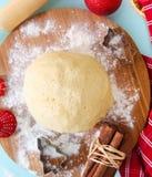 Küchenstillleben mit rohem Weihnachtsteig für Cristmas-Plätzchen Lizenzfreie Stockfotografie