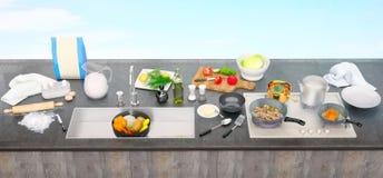 Küchentisch mit Bestandteilen und Geräten Panorama Lizenzfreie Stockfotos