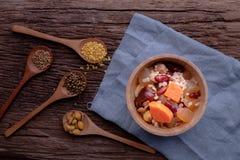 Küchentisch mit Kornsalat Biologisches Lebensmittel stockfotografie