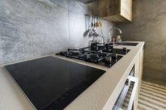 Küchentisch mit moderner Ausrüstung stockbild