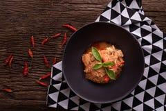 Küchentisch mit Schweinefleisch Panang-Curry, würzige traditionelle thailändische Nahrung stockbild
