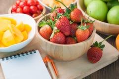 Küchentisch mit Vielzahlfrucht, Erdbeere, zwergartige Tomaten, Mönch Lizenzfreies Stockfoto