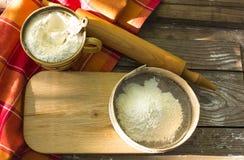 Küchentisch, zum mit den selbst gemachten Kuchen des Teigs des Brettes mit Mehl und Bestandteilen für backendes Brot oder Draufsi Lizenzfreies Stockbild