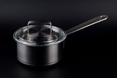 Küchentopf auf einem schwarzen Hintergrund lizenzfreies stockfoto