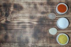 Küchenwürze in den Schüsseln auf dem Tisch lizenzfreie stockfotografie