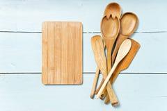 Küchenwerkzeuge auf Tabelle Raum für Text Stockfotografie